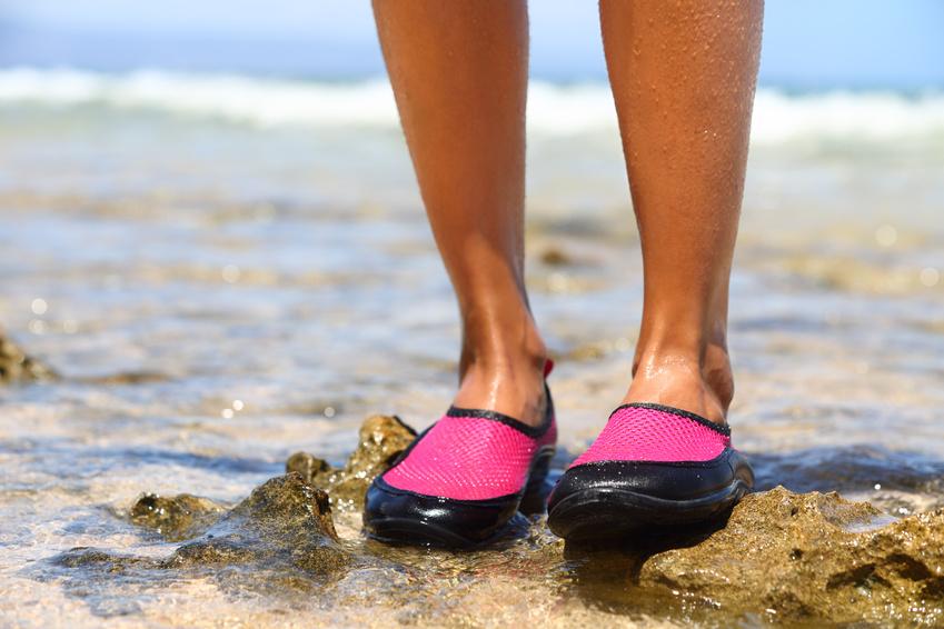 Bezpieczeństwo w kąpieliskach ? dlaczego buty do wody są niezbędne?