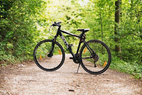 Niezbędne akcesoria dla cyklistów, którzy lubią jeździć po zmroku
